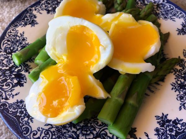 Salad warm asparagus eggs
