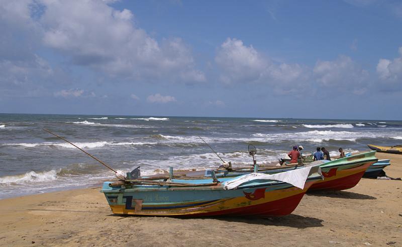 Настоящие, не показушные рыбацкие лодки. Всё весьма утилитарно, побито и обшарпано. Зарабатывают, как могут.