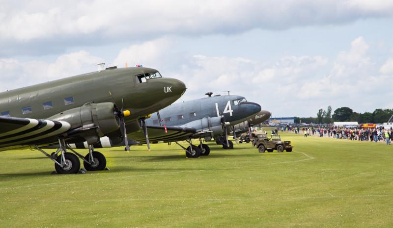 Организаторы шоу сообщали, что все DC-3, летавшие в тот день, были из числа участвовавших в десантировании личного состава и грузов при высадке в Нормандии в 1944-м году. В общем, это те машины, которым повезло не только дожить до нашего времени, но и не быть сбитыми в те дни.