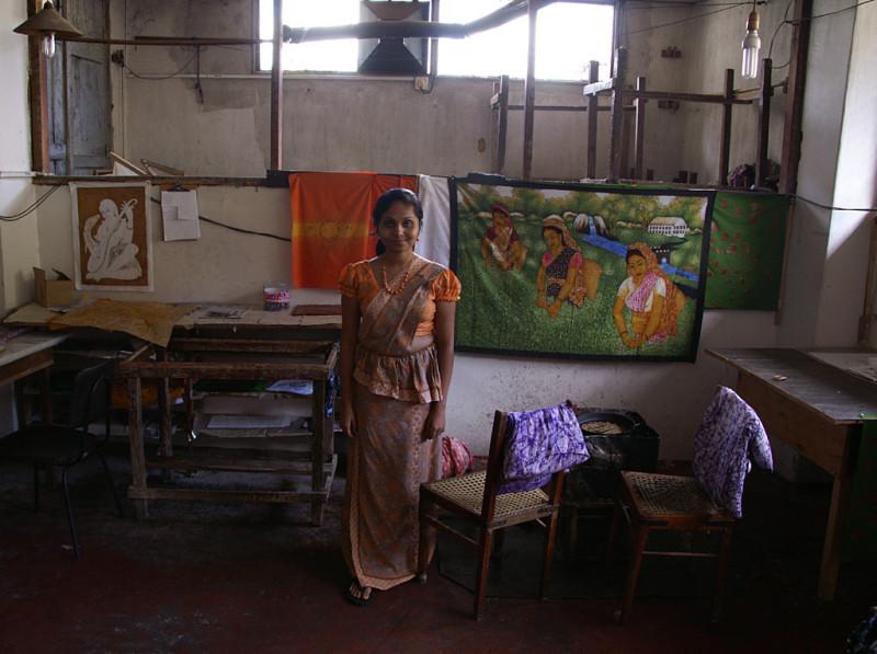 Разумеется, полно мастерских, где делают и продают продукты местных промыслов. Конкретно у этой девушки мы купили батик — тканое полотно с довольно тонкой и цветастой вышивкой.