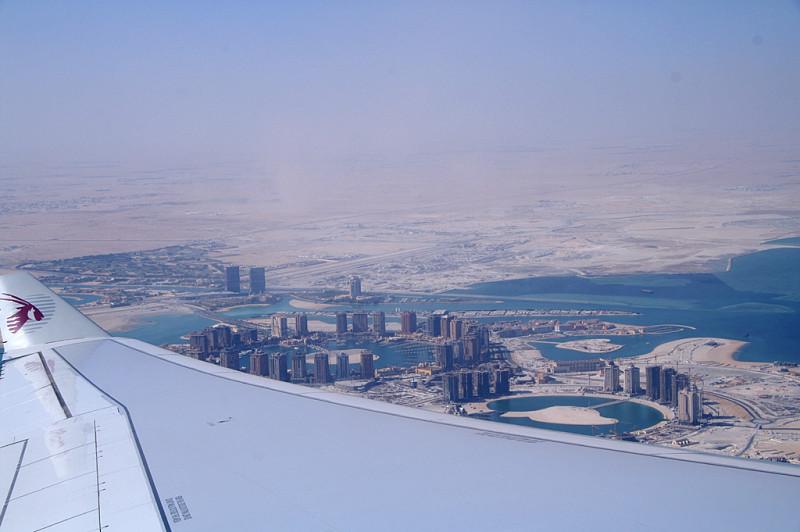 В районе Дохи. Надо сказать, что тогда сервис у Qatar Airways был весьма крут. Ну, или нам показалось с непривычки... Но перелёт понравился. Москва - Доха — Коломбо, каждый участок часов по пять — пять с половиной.