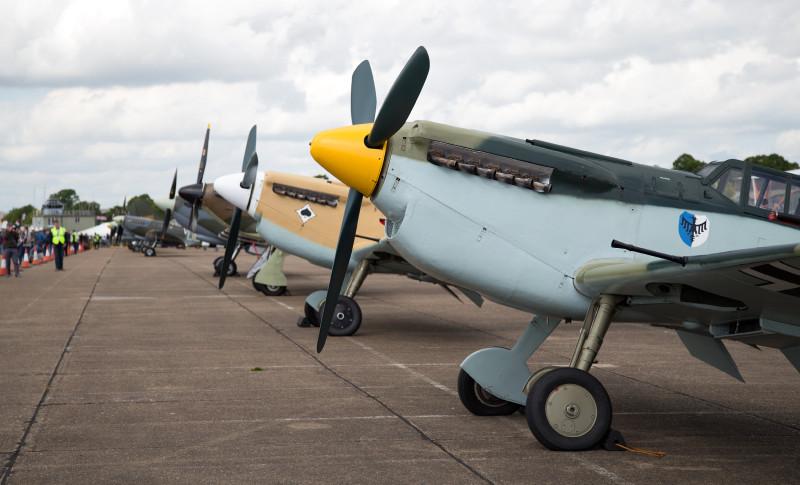 """А вот те аппараты, что я в начале поста обозвал """"недоразумением"""". В отличие от настоящих """"мессеров"""", их сохранилось достаточно много, и они часто появляются на авиашоу. Это испанский """"Бушон"""" — копия Bf-109 c ВМГ и капотом, отличными от оригинальных. На взгляд профана с земли, летает тоже как-то не ахти :). Однако, они успешно крутили пилотаж и имитировали бой со """"спитами"""" (что будет освещено в следующей серии :) )."""