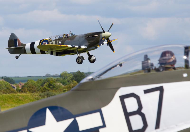 Спарка над торцом полосы. На переднем плане кабина P-51, ожидающего разрешения на взлёт.