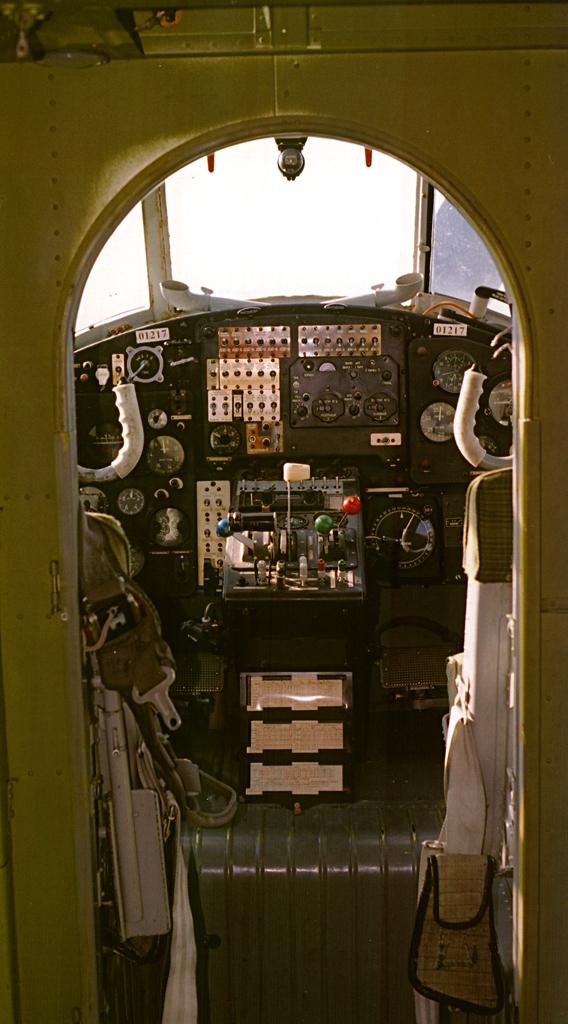 Вид в кабину Ан-2 из салона