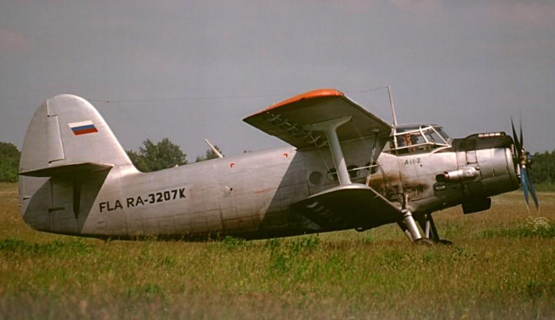 На разбеге Ан-2, благодаря большой площади и хорошей механизации крыла, отрывается очень быстро. А так-то, отбить задницу на ухабах полевого аэродрома можно запросто :).