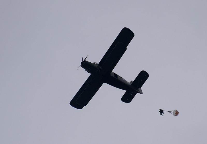 Здесь стабилизирующий парашют виден в открытом состоянии.