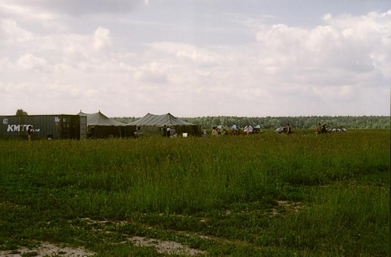 Это сейчас в Ватулино ангары, удобства и куча самолётов. А тогда были две армейские палатки, грузовой контейнер, в котором запирали на ночь парашютное снаряжение, и пара Ан-2. Даже заправляли их вручную, канистрами.