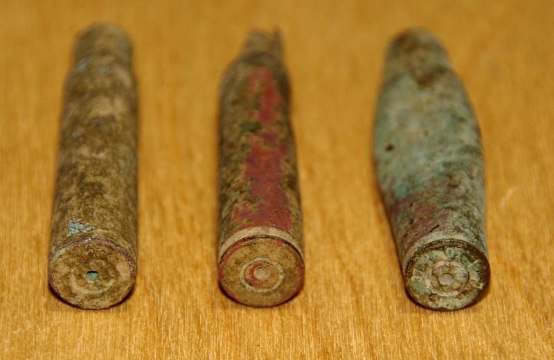 Степень коррозии такова, что боязно чистить и механически (щёткой), и пробовать убрать продукты коррозии химически. Тем не менее, на донной части одной из гильз (правой) сохранились следы заводской маркировки.