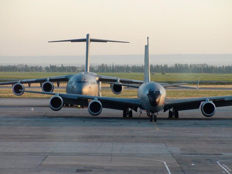 Транспортный С-17 и заправщик КС-135