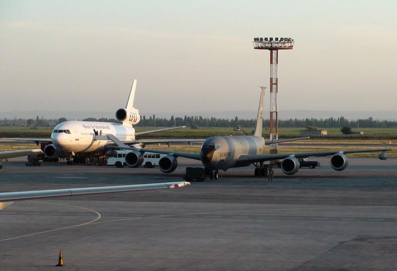 Вот на том белом MD-11, судя по всему, подвозили личный состав