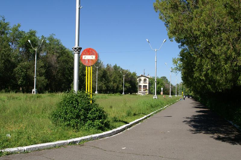 Смахивает на заброшенную выставку достижений народного хозяйства. Это парк в Кара-Балте.
