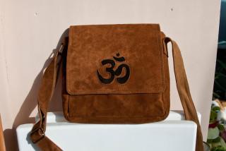 923d3c9ba343 Светло-коричневая замшевая сумка на регулируемом ремне, декорирована знаком