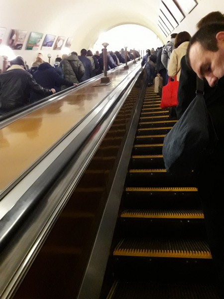 Как правильно ездить на эскалаторе?