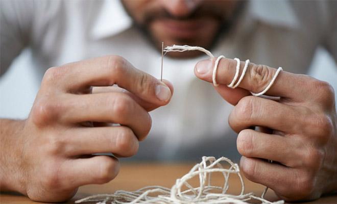 Интересный способ вдеть нитку в иголку