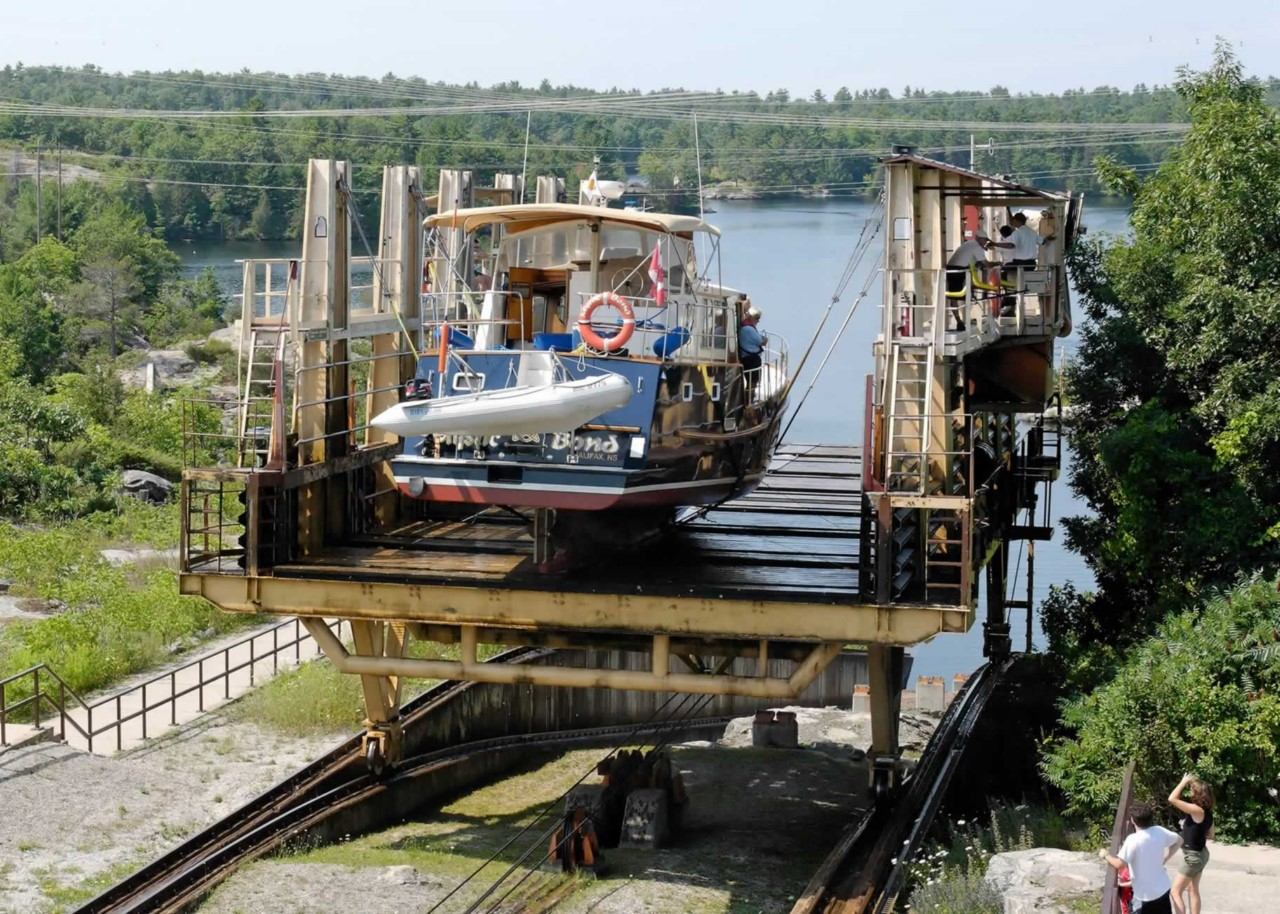 На корабле через автомобильную дорогу платформа, шлюза, шлюзов, метров, небольшой, которых, через, платформы, останавливается, озера, Гурон, Онтарио, платформу, небольших, площадкой, Большие, которые, кроме, которое, Горки