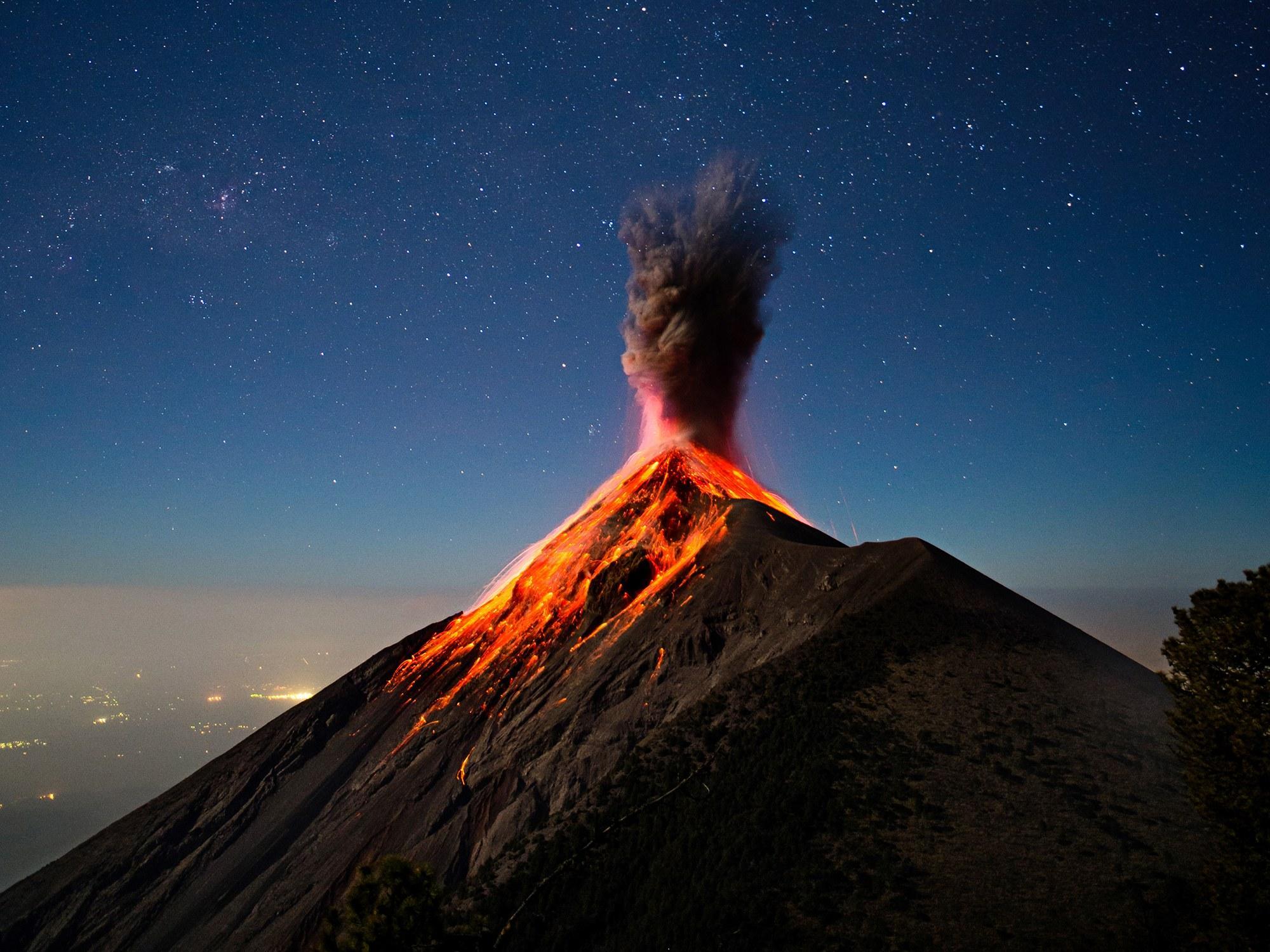 Почему извергается вулкан? вулкана, магмы, магма, извержение, Земли, поверхность, происходит, которые, может, дегазации, мантии, тогда, вулкан, очаге, магматическом, Магма, через, вдоль, вверх, поверхности