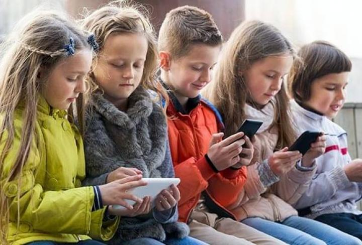 Надо ли в России запретить мобильники на уроках, как во Франции?