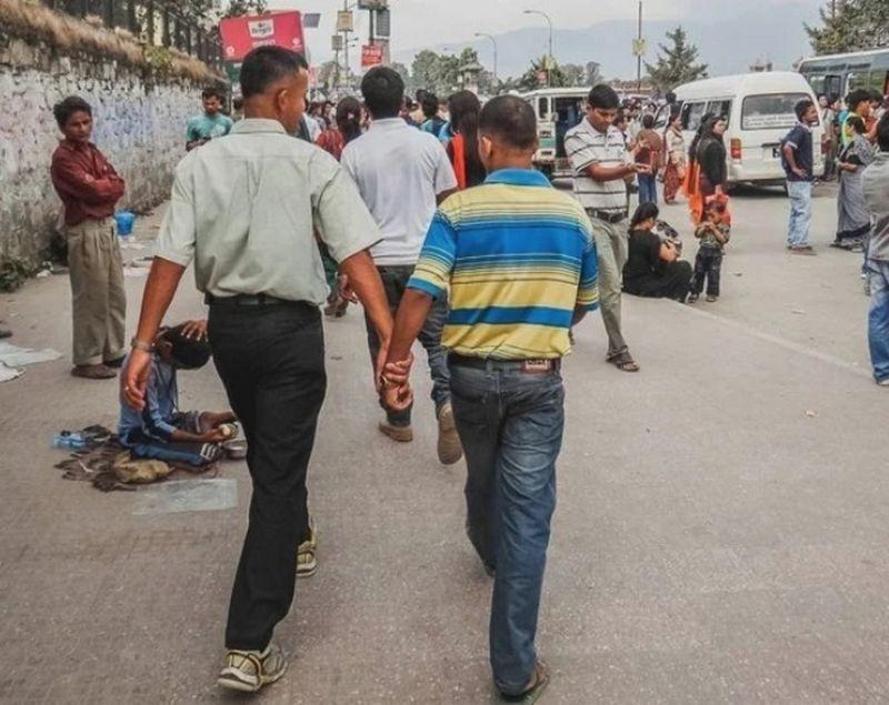 Держащиеся за руки мужчины на улицах Непала