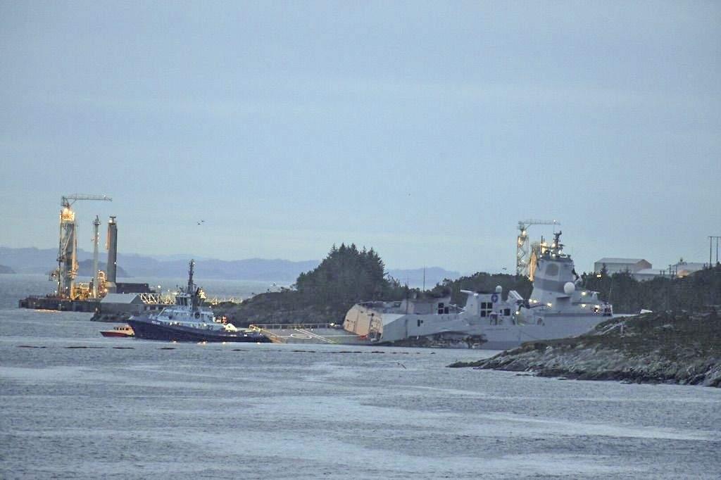Почему военные корабли не замечают другие корабли? танкер, фрегат, корабль, столкновения, военный, сторону, правой, ровно, опять, стороне, также, отвернуть, большой, суперсовременный, Норвегии, которого, могли, такой, начали, столкнулся
