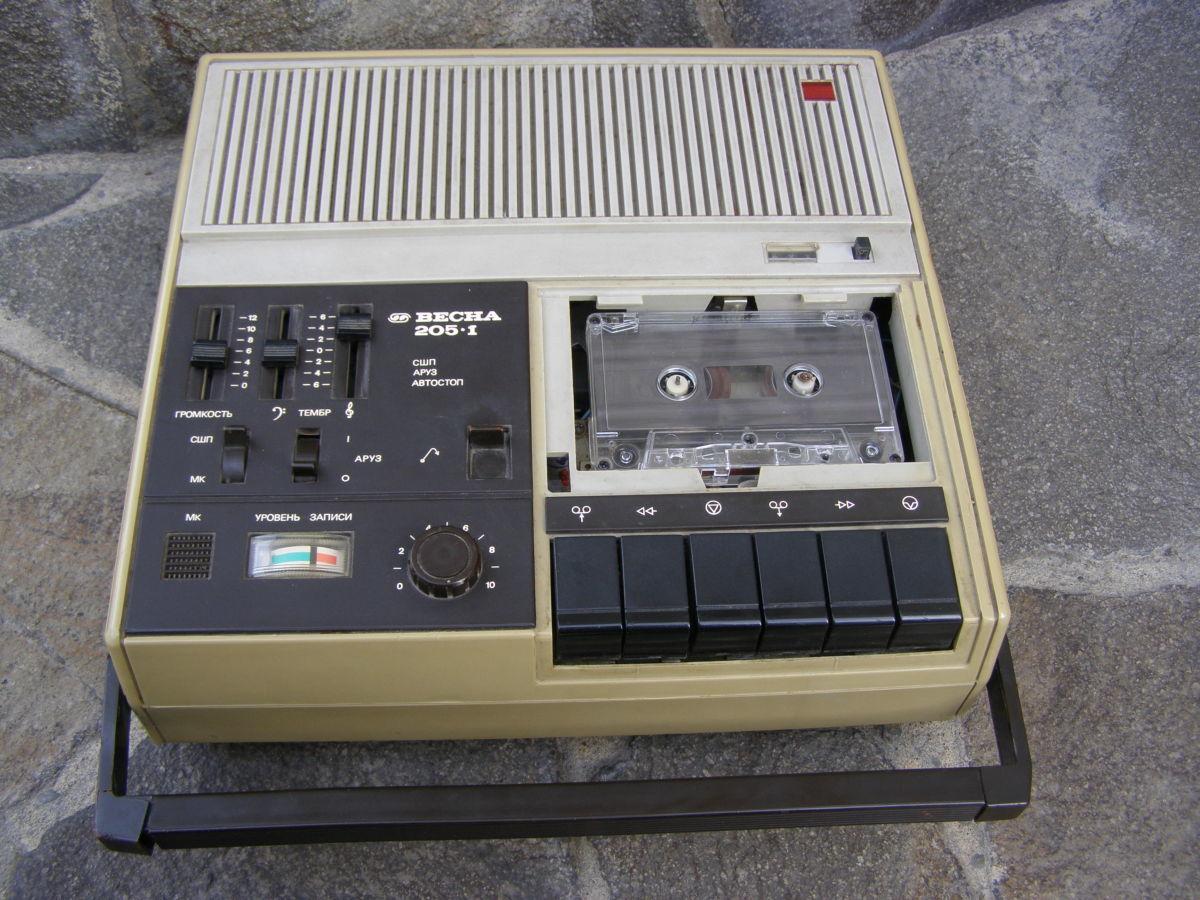 Новый кассетный магнитофон