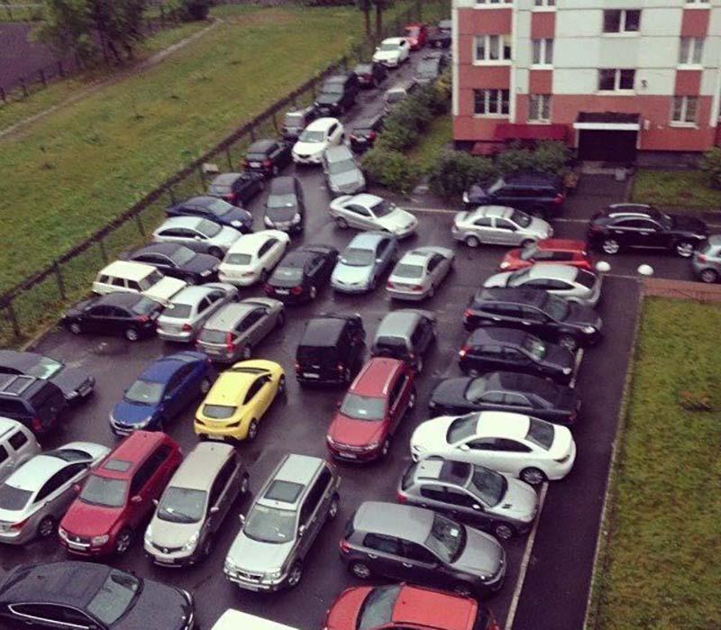 В своих дворах парковаться нельзя... в чужих можно!
