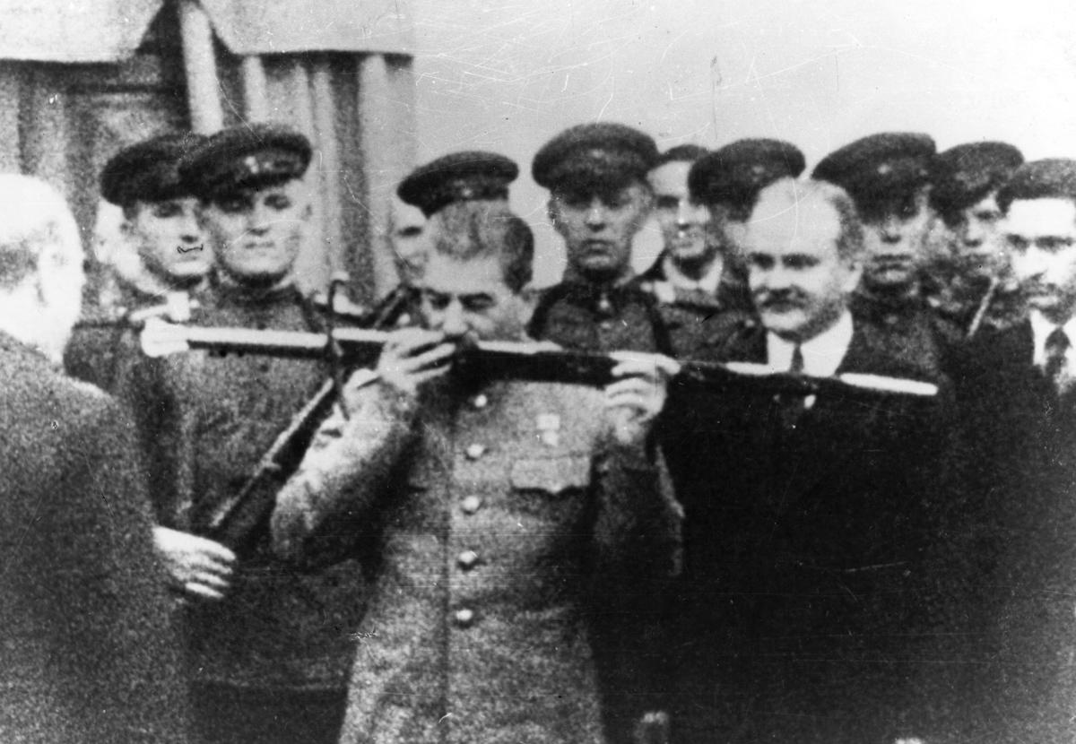 Меч Сталинграда Сталинграда, Черчилль, Георга, Сталин, Великобритании, города, клинок, Волге, короля, также, около, почетный, которых, народа, Сталина, клинке, несколько, Сталинградской, оружейного, имени