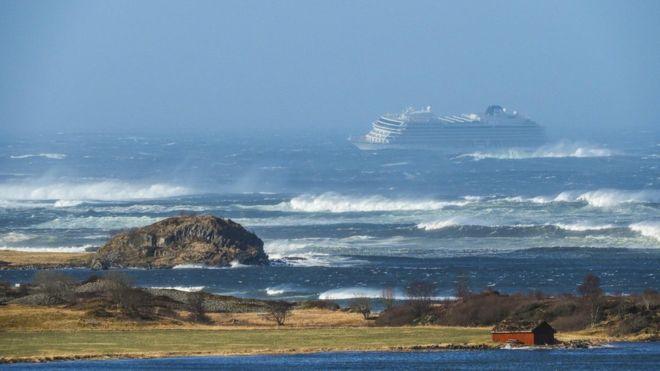 У берегов Норвегии терпит бедствие лайнер