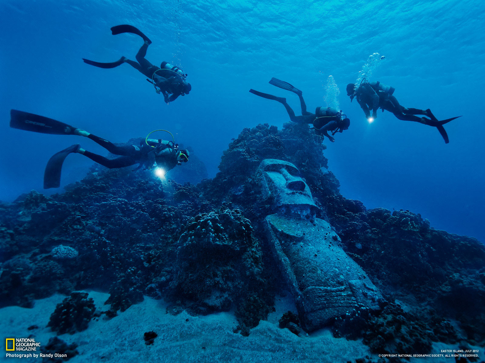 05-tourist-divers-encounter-fake-moai_1600
