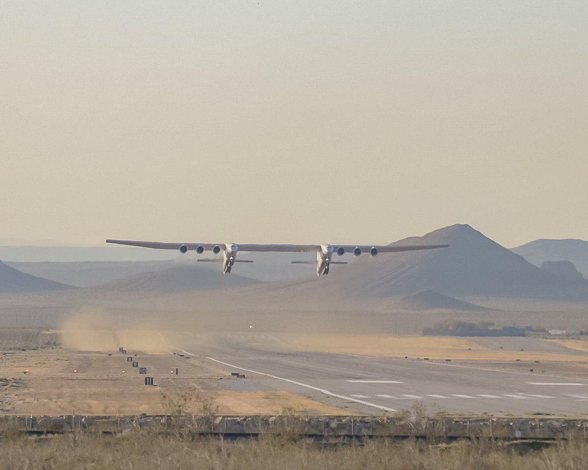 Самый большой самолёт в мире только что впервые поднялся в воздух!