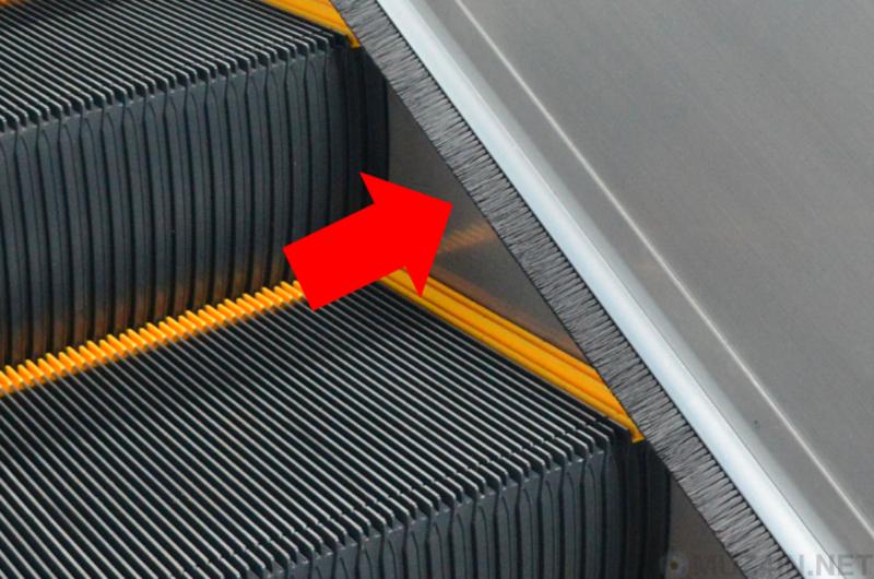 Зачем нужна щёточка на эскалаторе?