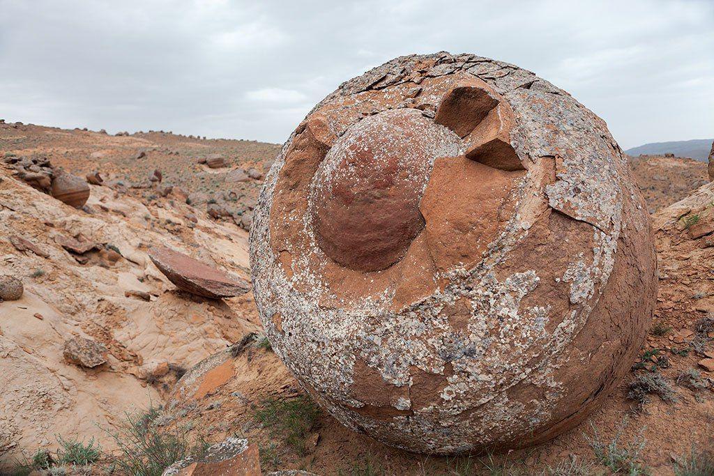 Каменные шары в Казахстане