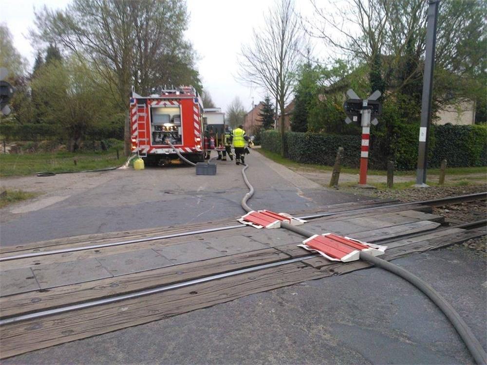 pompier-beschermt-brandweerslang-op-treinsporen-id5518352-1000x800-n
