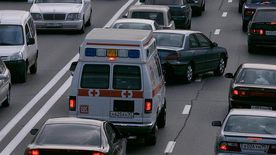 Можно ли, уступая дорогу машине с мигалкой, нарушать ПДД?