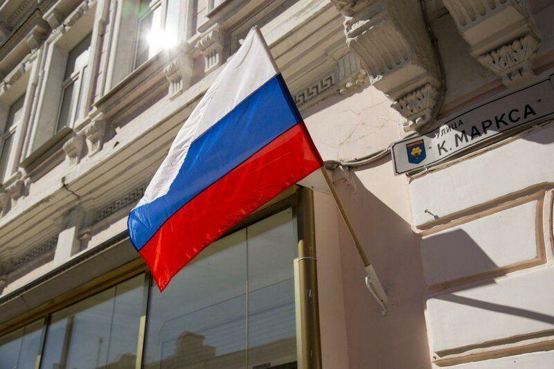 Можно ли просто так повесить на свой дом флаг России?