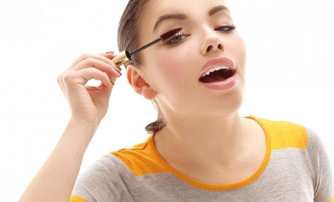 Почему женщины открывают рот, когда красят ресницы