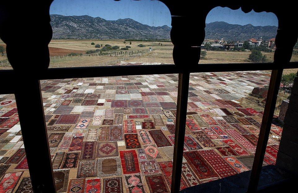 Зачем в Турции раскладывают ковры на полях?
