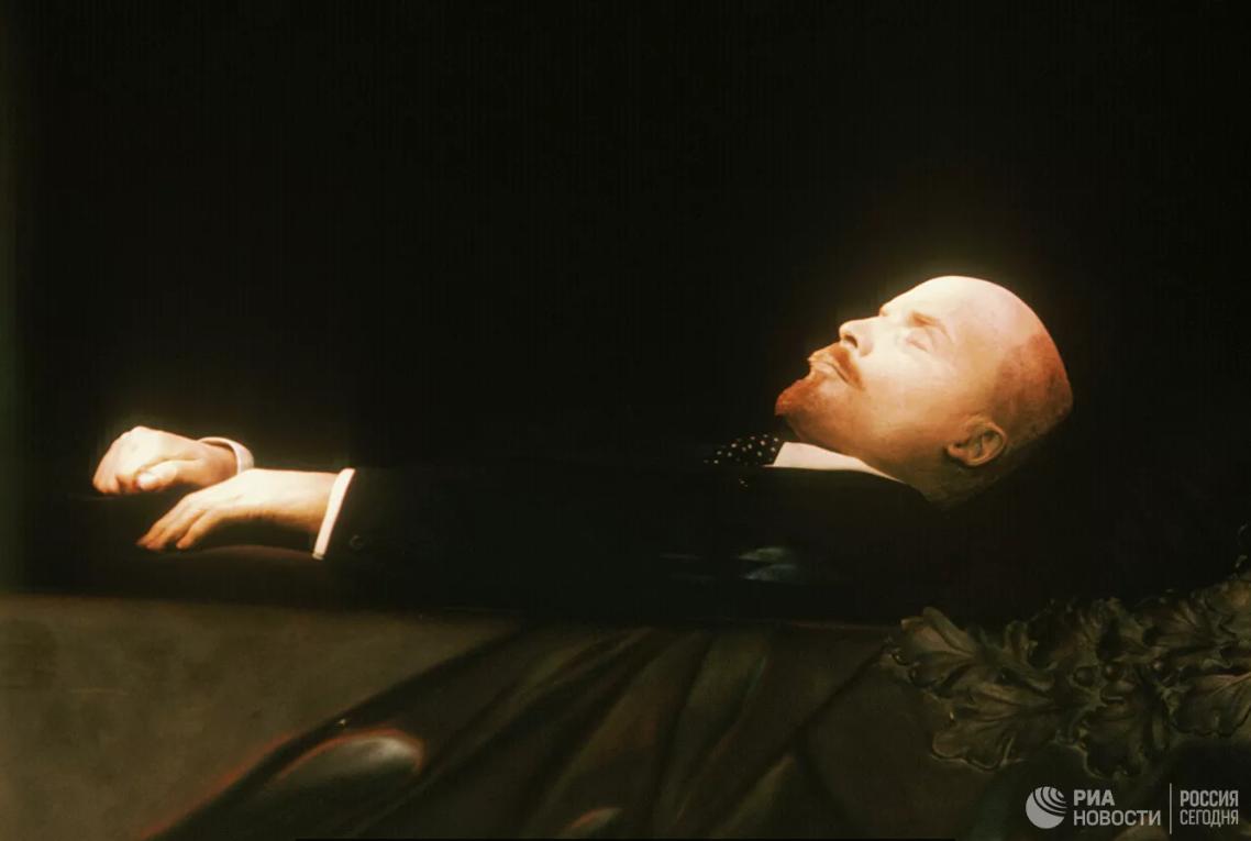 Кто лежит в Мавзолее: кукла, мумия или восковая фигура?