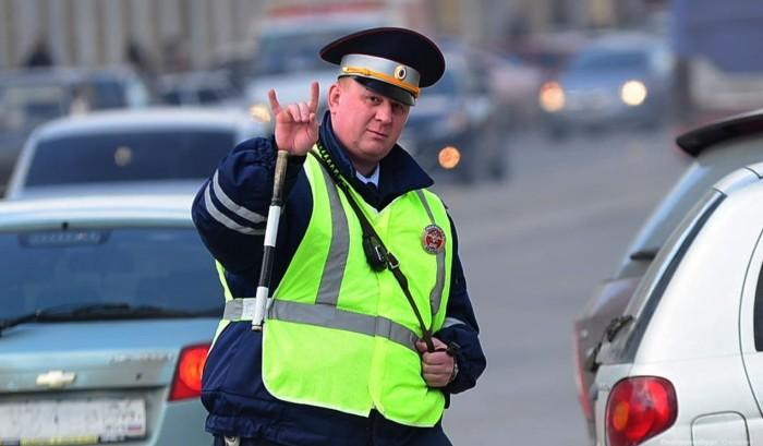Инспектор ДПС тормозит там, где запрещена остановка. Останавливаться? инспектора, месте, остановился, инспектор, нужно, остановиться, через, палкой, махнули, ситуация, движения, следует, остановить, нарушение, помнить, Бывает, дальше, мосту, можно, вроде