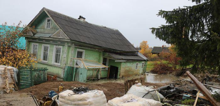 """""""Адская"""" скважина в Белозерске затягивает дом под землю и разоряет город"""