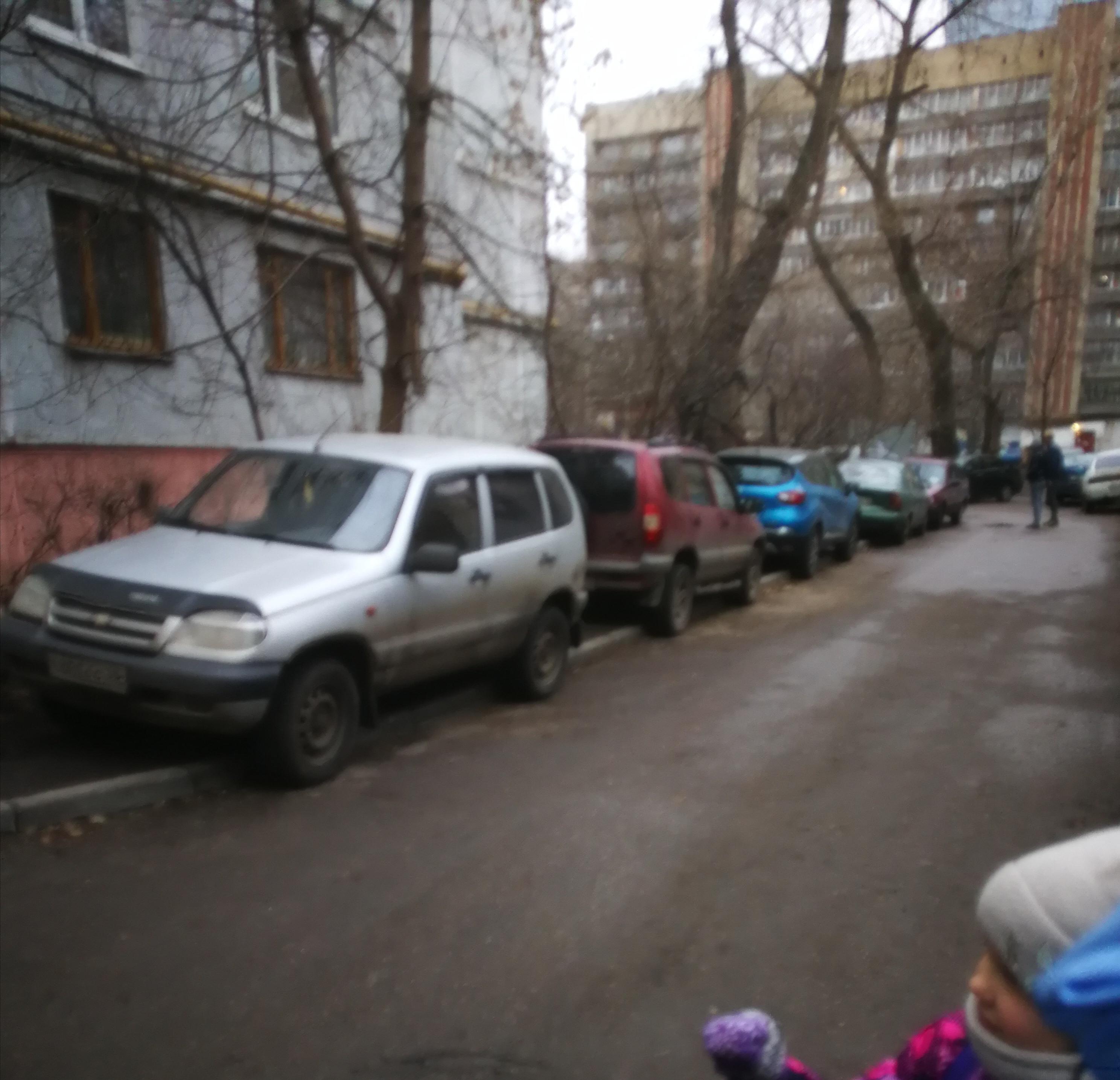 Мерседес Боярского опять на тротуаре. Вот каналья!