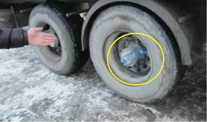 Вот зачем дальнобойщики вставляют пустые бутылки в колеса