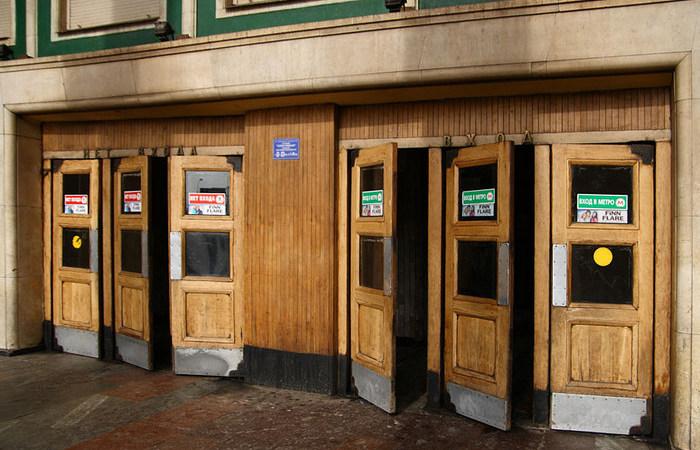 Почему на входе в метро такие странные и неудобные двери?