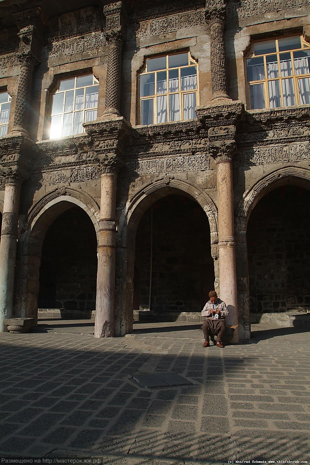 great-mosque-diyarbakir-old-man-sitting-courtyard-4 (Копировать)