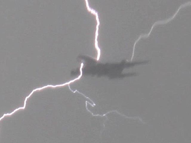 Что происходит, когда молния попадает в самолет? Явления природы,Авиация