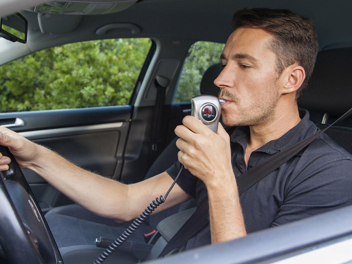 В России обсуждают массовое внедрение алкозамков на автомобилях Авто