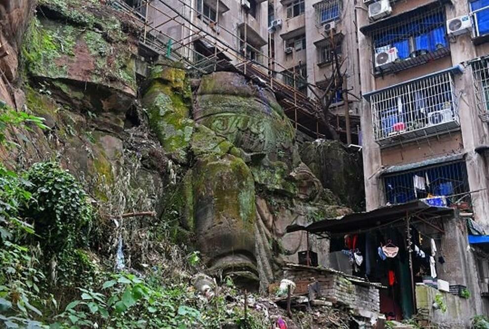 В Китае построили многоэтажный дом на статуе Будды Статуя,Китай