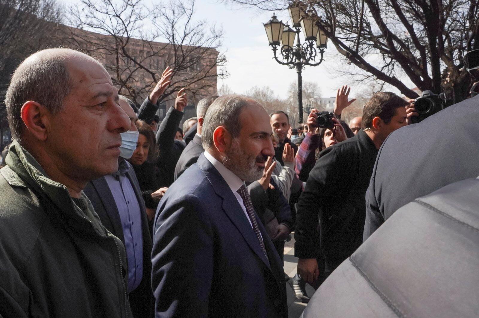 Военные в Армении требуют отставки премьера Армения
