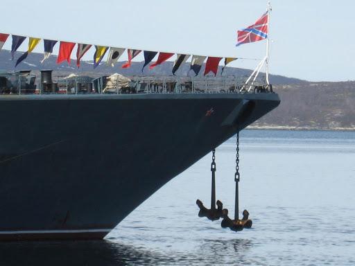 Как огромный корабль держится на месте на относительно маленьком якоре? Корабли