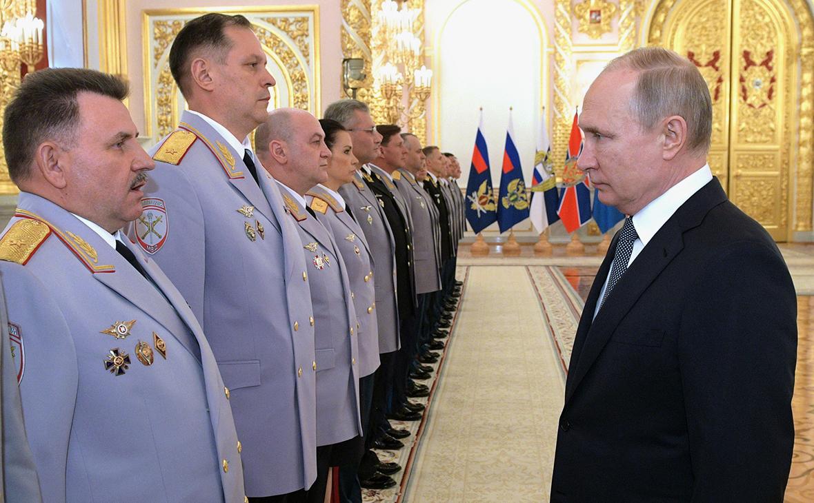 Путин уволил пять генералов полиции за поручительство