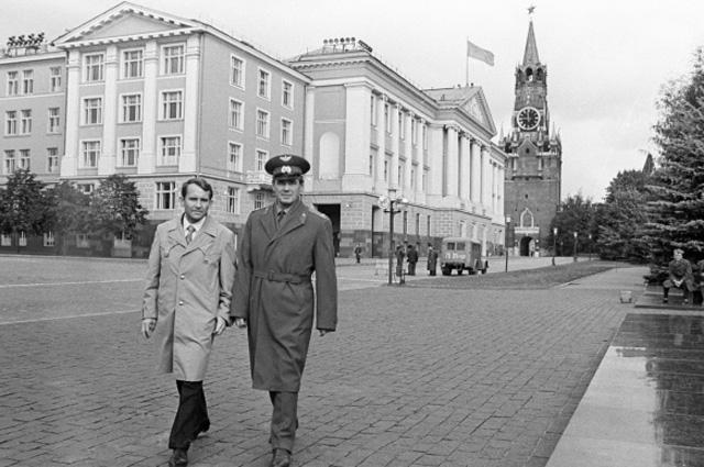 Василий Лазарев (справа) и Олег Макаров (слева) на территории Московского Кремля